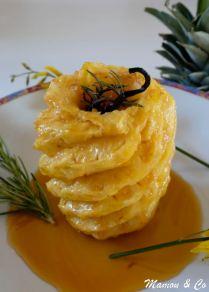 Ananas rôti caramélisé à la vanille et au romarin