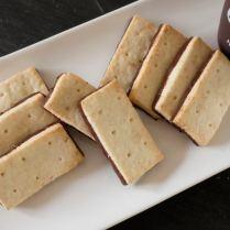 Shortbreads au beurre de coco en coque de chocolat