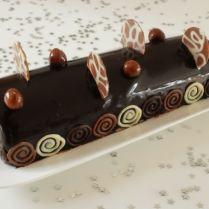 Bûche trois chocolats et croustillant praliné