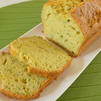 Cake à la ricotta, herbes fraîches et huile de pistache